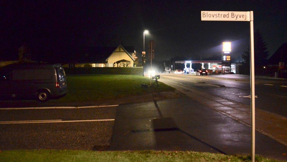 Politiets nye måleudstyr tager ganske udmærkede billeder - også om natten, så man kan aldrig mere føle sig sikker - selvom det er mørkt. Her er situationen fra Kongevejen i går aftes, hvor måleudstyret står tæt ved fortovet, mens den sorte vogn er trukket lang tilbage.Foto: AOB