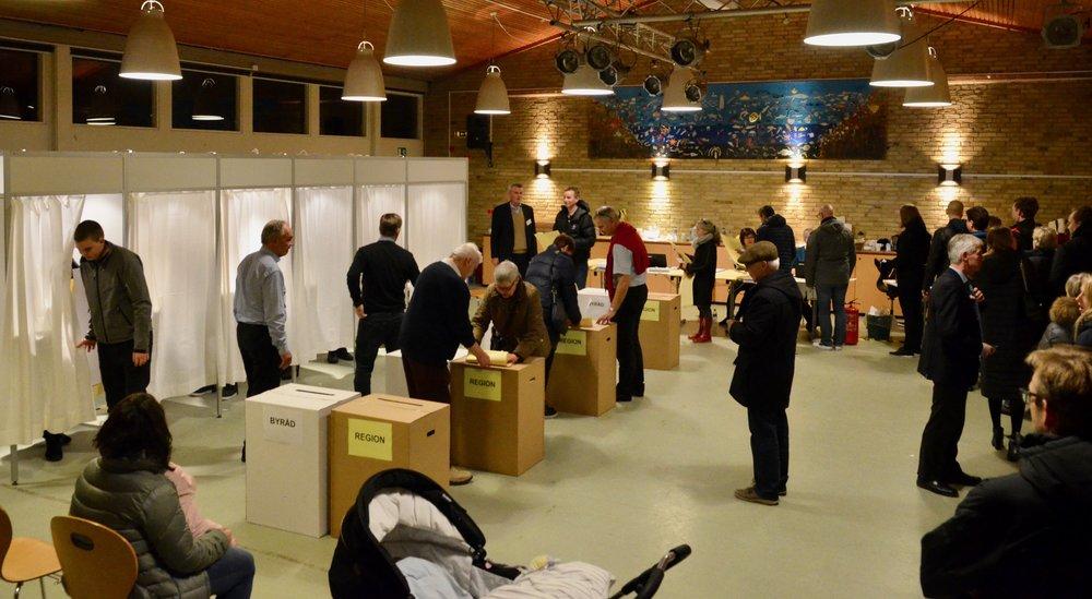Da først EDB-nedbruddet - efter 21 minutter - var blevet løst, kom der gang i stemmeafgivelserne på Blovstrød Skole. Foto:AOB