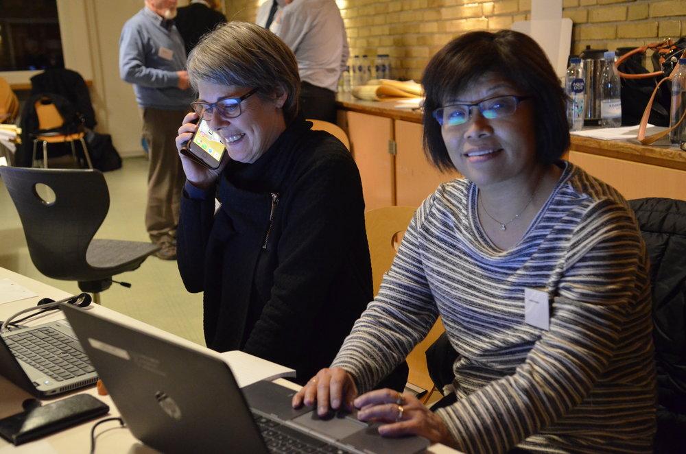 De to piger, sekretær Anne Winding og medhjælper Cynthia Johansen, styrede optællingen på Blovstrød Skole. Foto: AOB.