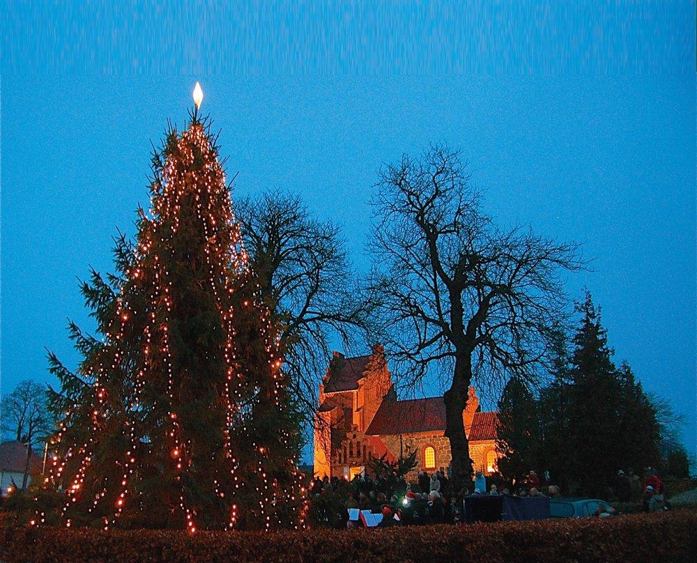 Traditionen tro er der juletræstænding og første søndag i advent den 3. december, kl. 15:15 i Blovstrød Kirke. Arkivfoto: AOB