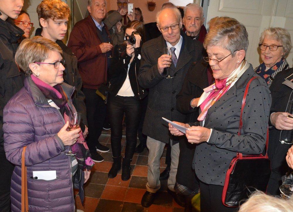 BöggýBusse (tv)gav udtryk for, at hun havde ikke selv troet, at det ville tage så lang tid at udføre alterdugen. Foto: AOB
