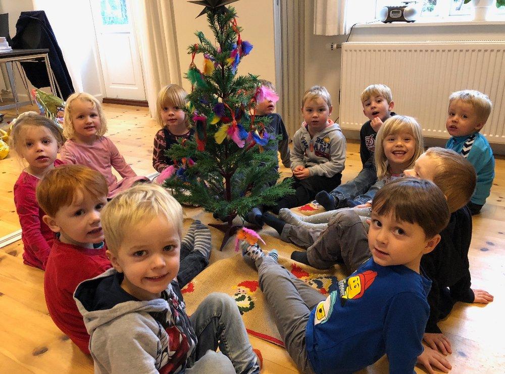 Børnene fra Blovstrød Børnehus var på besøg i sognegården og fik pyntet det lille juletræ med deres egen julepynt. Foto: AOB