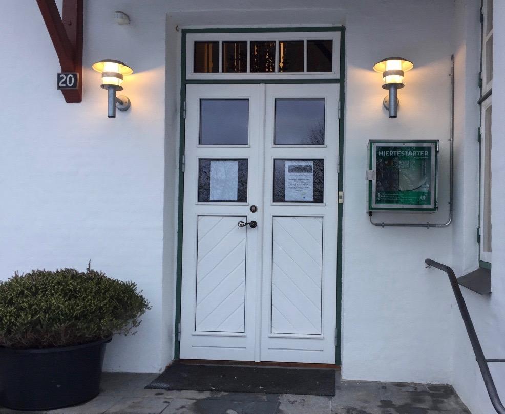 Til højre for indgangsdøren til sognegården er der nu opsat en hjertestarter, som er tilgængelig i alle døgnets 24 timer. Foto:AOB
