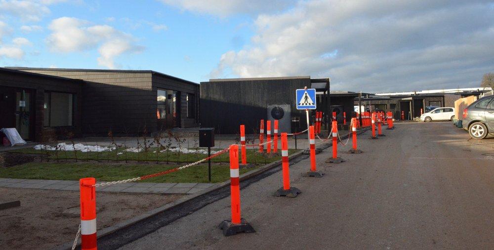 Da der stadig kører store lastbiler til byggepladsen, har man markeret et midlertidigt fodgænger-areal for de nye beboere. Foto: AOB