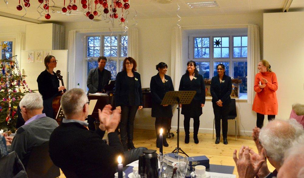 Der måtte ekstranummer til, før de glade nytårsgæster ville slippe den levende og gennemmusikalske gruppe. Foto: AOB