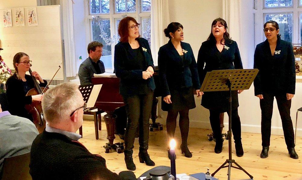 """""""Intakt""""-gruppen består af 4 kvindelige sangere, Maria og Eva Hede, Gitte Lohmann og Lotte Pazdecki. De blev ledsaget på flygel af Jesper Ankjær og på cello af Jespers ægtefælle Therese Adorján Ankjær. Foto: AOB"""