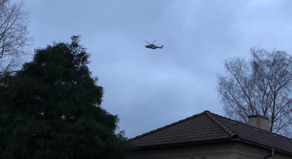 Både om dagen men også om aftenen flyver de larmende militære helikoptere lavt hen over bebyggelserne her i Blovstrød. Foto: AOB