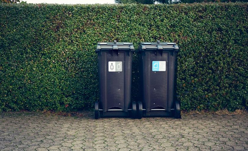 Konsekvensen bliver, at hvert p  arcelhus og nogle rækkehuse   skal have ekstra to nye affalds-beholdere stående ved ejendommens indgangsparti  . Foto:Ballerup Kommune