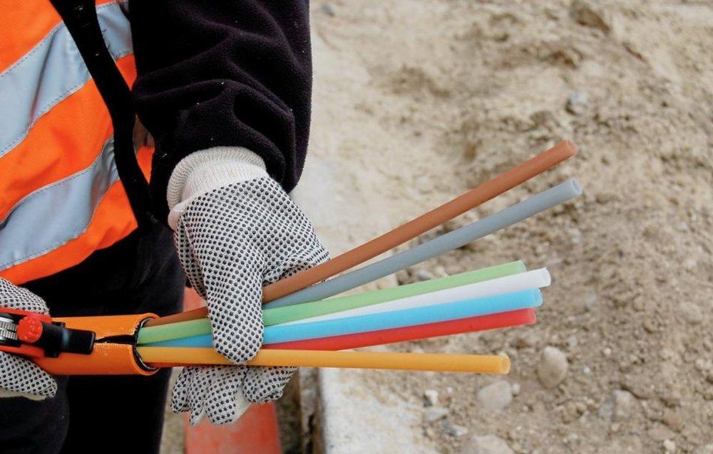 Der skal graves og skydes fibernet ind til alle husstandene, og der skal teknikere på besøg og montere stik, homebokse m.m. - men planen siger, at allerede i år vil alle få fibernetadgang. Foto: AOB