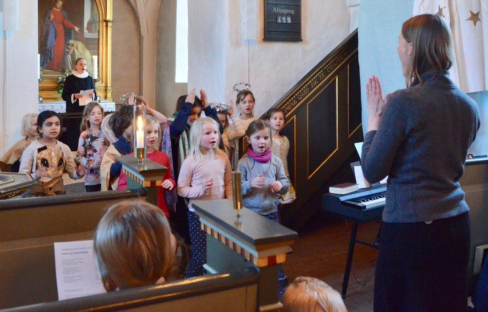 Korleder Rosemaria Rex sørgede for sammen med kirkens spire- og børnekor at synge for på salmerne. Foto: AOB