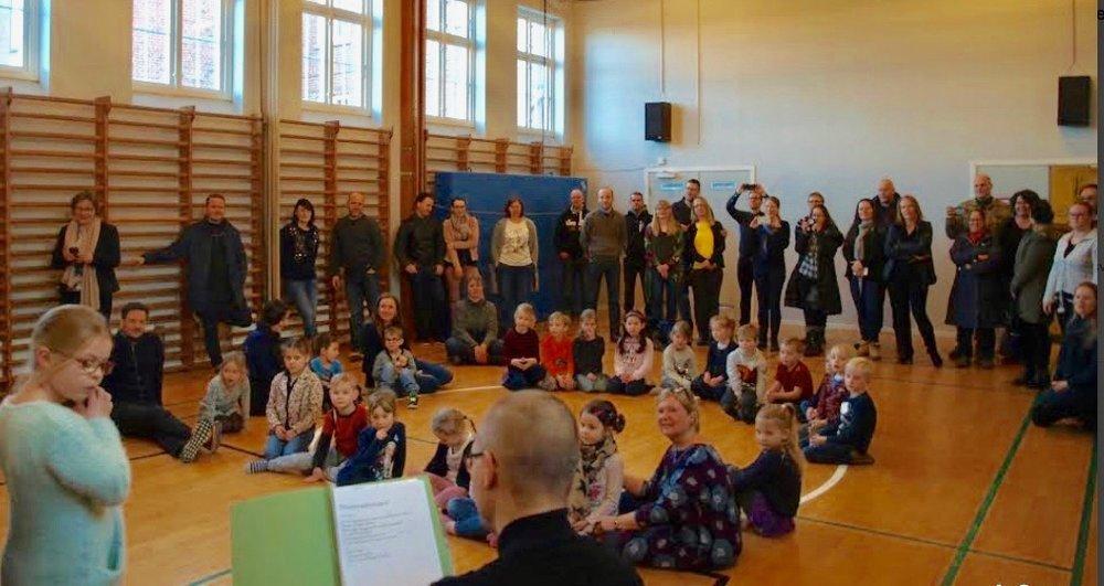 Den første dag var forældrene med til intro, hvor skoleleder, Anna Recinella, bød velkommen. Foto:  SFO-Oasen