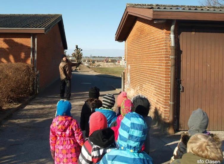 Børnene var på den obligatoriske rundvisning udenfor, og blev orienteret om:Her til må du gå - og ikke længere. Foto: SFO-Oasen