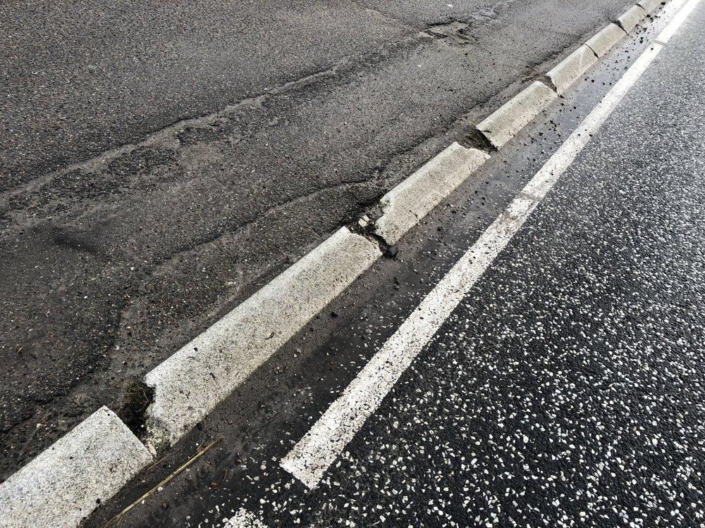 Sådan vil kommunen aflevere kantstenene på østsiden af Kongevejen efter renoveringen - der er pt. over 120 skadede betonsten. Foto: AOB