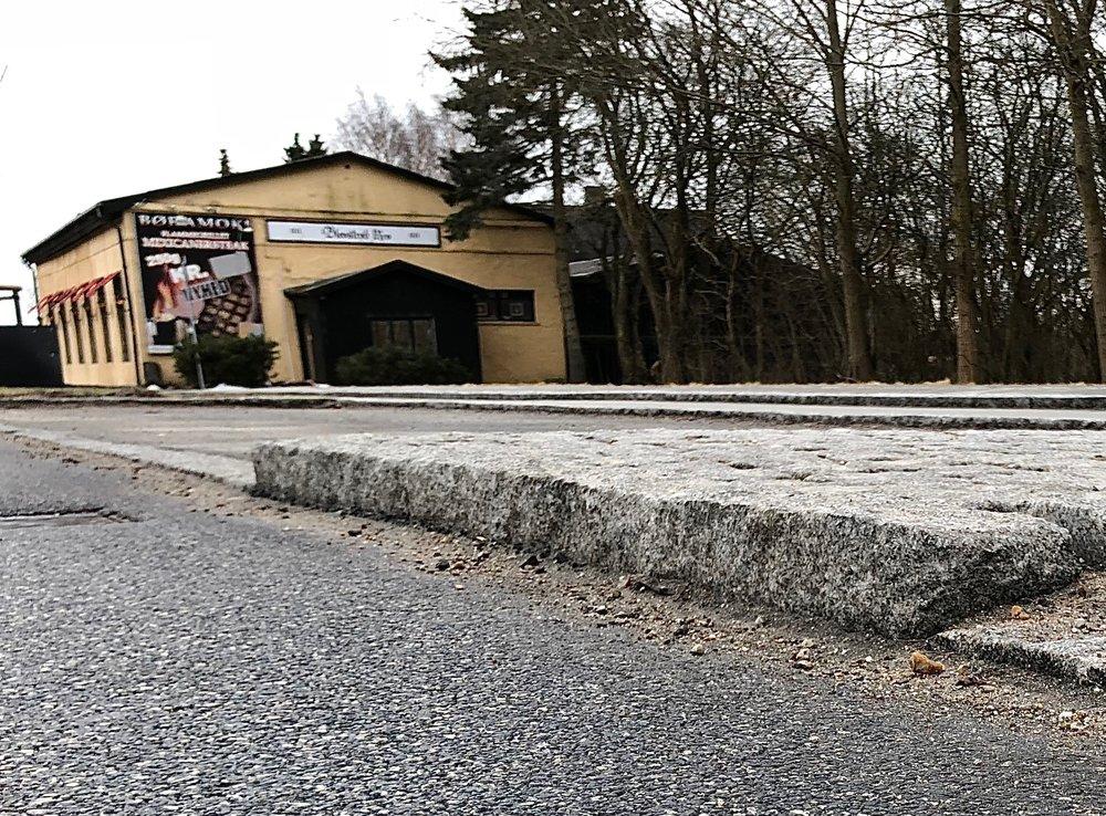 Den hævede chausséstens-flade mellem de to parkeringspladser blokerer for et større rokeringsareal. Foto: AOB