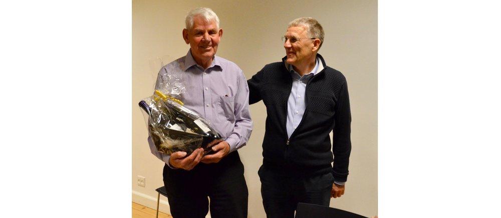 Formanden,   Henrik Østergaard, takkede vand-                       værkets kasserer,  Hans Stig Skogstad,for sin                    store indsat i gennem mange år, og   som nu øn-                      skede at stoppe.Foto: AOB