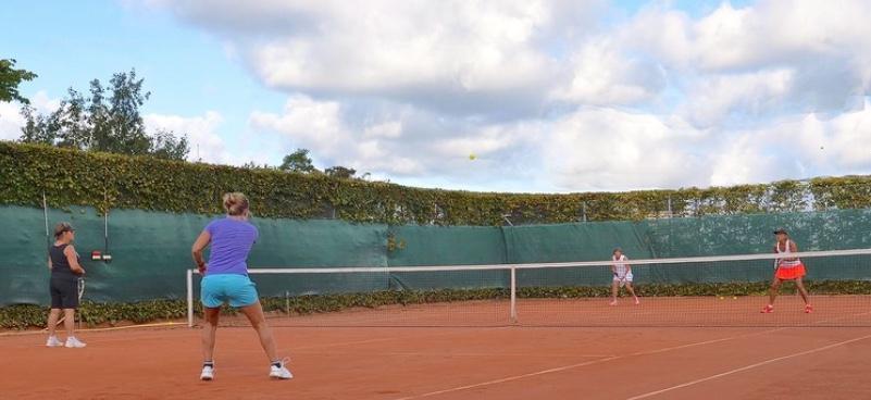 På lørdag er det tennissportens dag, hvor der bliver mulighed for at træne med klubbens cheftræner,  Behzad Samimi. Arkivfoto:AOB