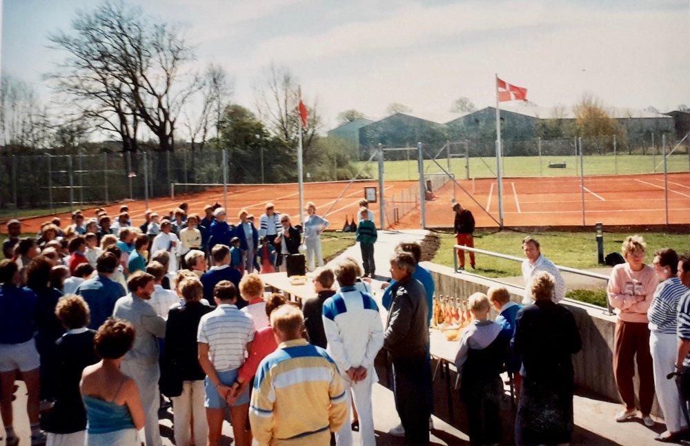 Tennisanlægget bag Blovstrødhallen blev indviet den 10.maj 1988 med to baner, og anlægget kan således snart fejre 30 år jubilæum. Foto: Jørgen Strüwing