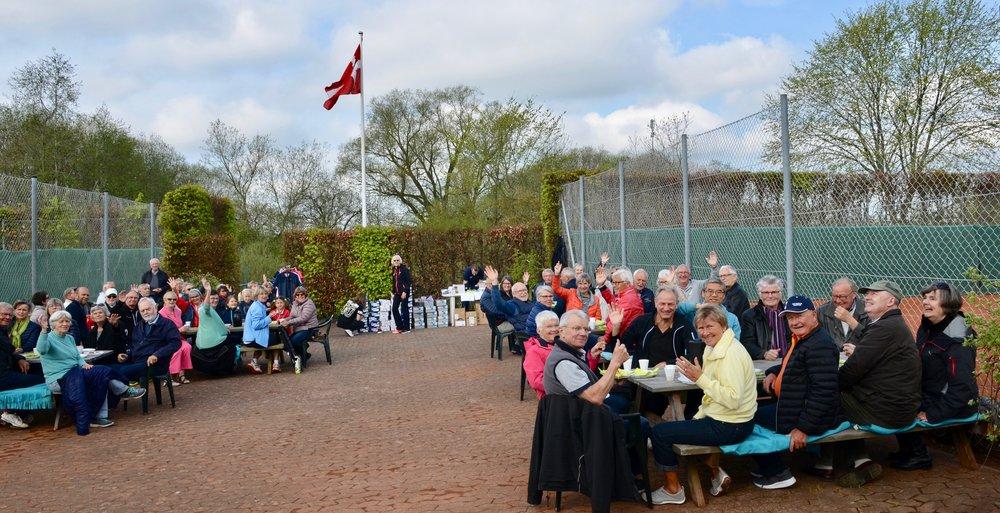 Kl. 10:00 var der standerhejsning ved Blovstrød Tennisklub, og efterfølgende var klubben vært for medlemmerne, med kaffe og morgenbrød. Foto: AOB