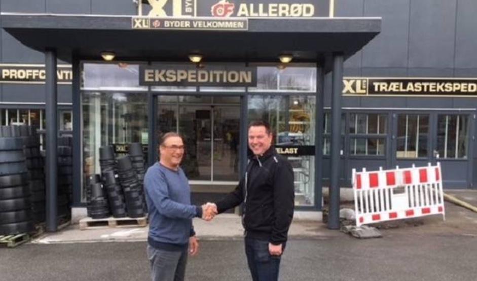 Formanden for Blovstrød Tennisklub,Gunnar Olsen, og afdelingsdirektør Christian Thorup, XL-Byg, giver hinanden hånd påaftalen om levering af materialer til renoveringen af 'Glashuset'. Privatfoto