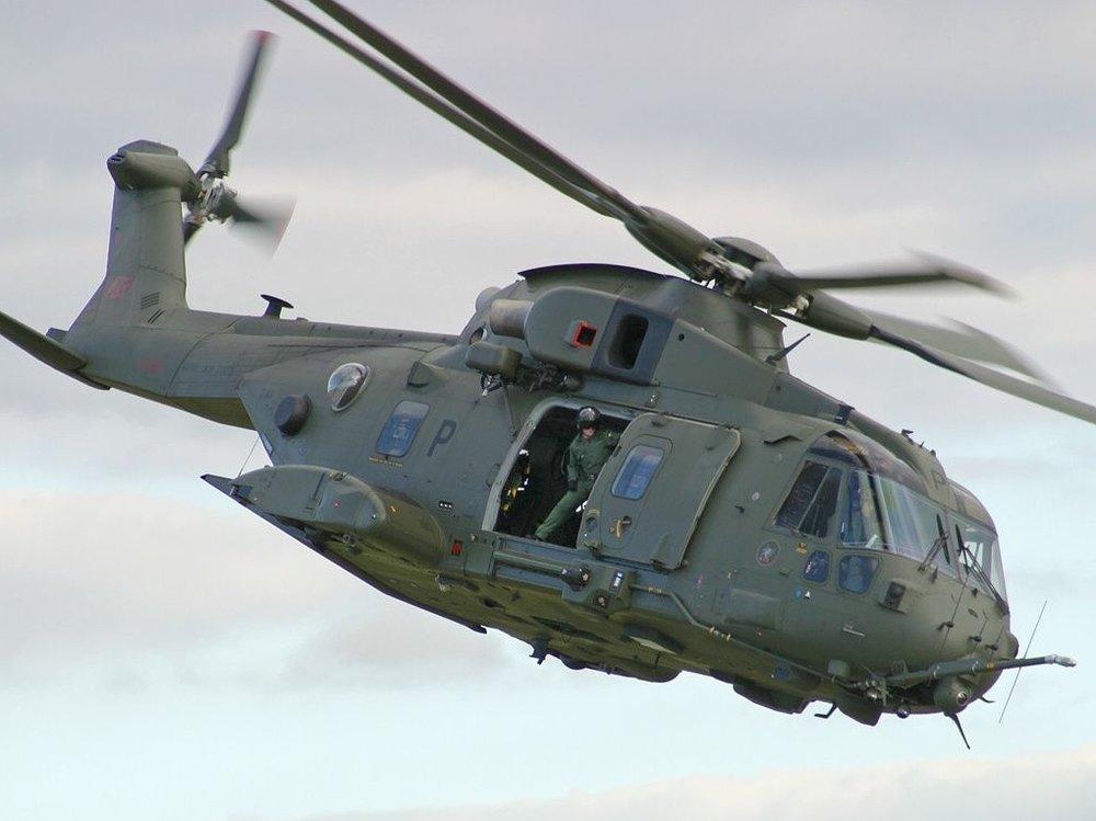 Militæret erkender selv, at de undertiden flyver meget lavt over en del af vores bebyggelser,og hvor støjen kan virke meget voldsom, især med flyvevåbnets EH-101 Merlin, der er en relativ stor helikopter.  Foto: Flyvevåbnet