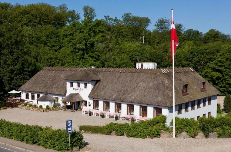 Bromølle Kro kan skrive sin historie helt tilbage til år 1198, og det er derfor det sted, der har været drevet krodrift i flest år i Danmark. Foto: Bromølle Kro