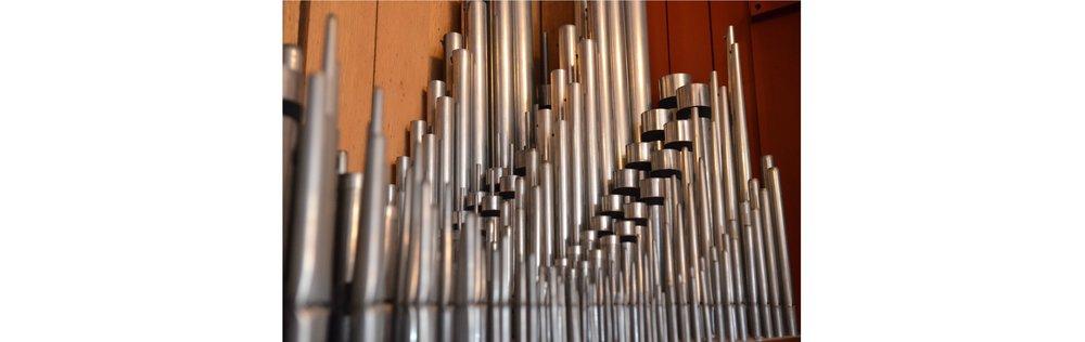 Organisten vil ved hver kirke fortælle om orglet                    og give en lille smagsprøve på dets lyd. Her er                    et udsnit af orglet i Blovstrød Kirke, hvor man i                    øvrigt på sigt ønsker at bygge et helt nyt orgel.                     Foto: AOB