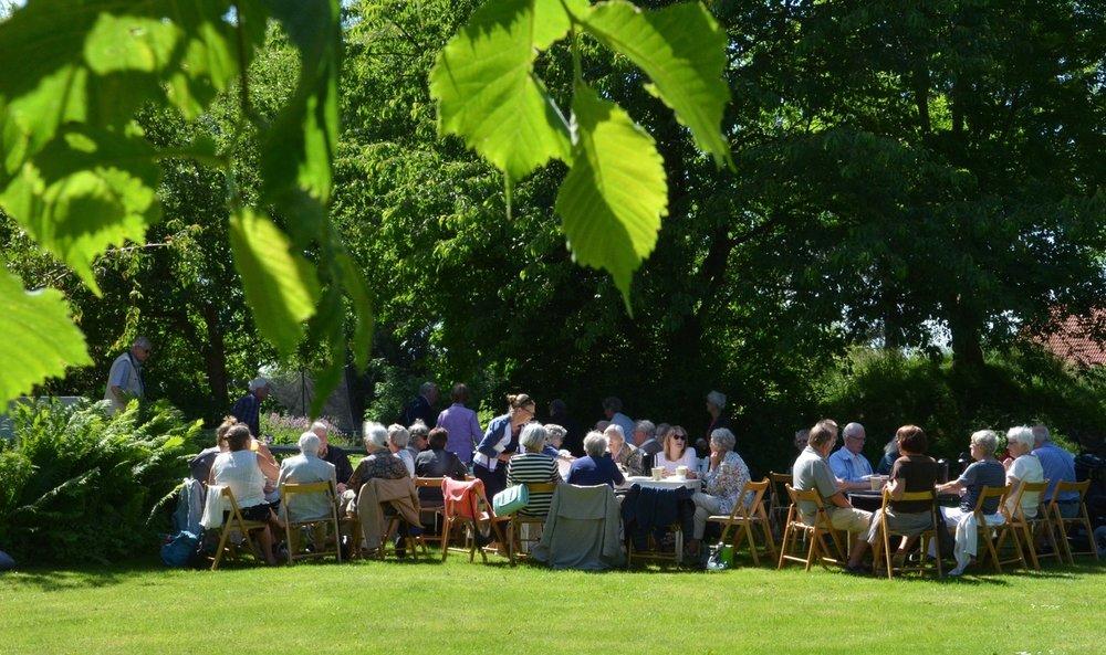 Menighedsrådet har i dagens anledning anskaffet borde og stole til sognegårdshaven, så alle kan blive bænket behageligt. Foto: AOB