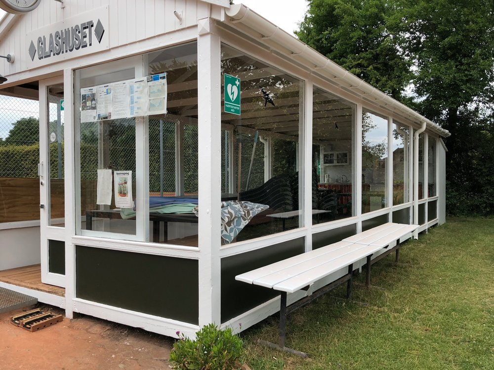 Blovstrød Tennis Klubs 'Galshuset' har fået en tiltrængt renovering - både udvendigt og indvendigt, og nu holdes der 'rejsegilde'. Foto: AOB