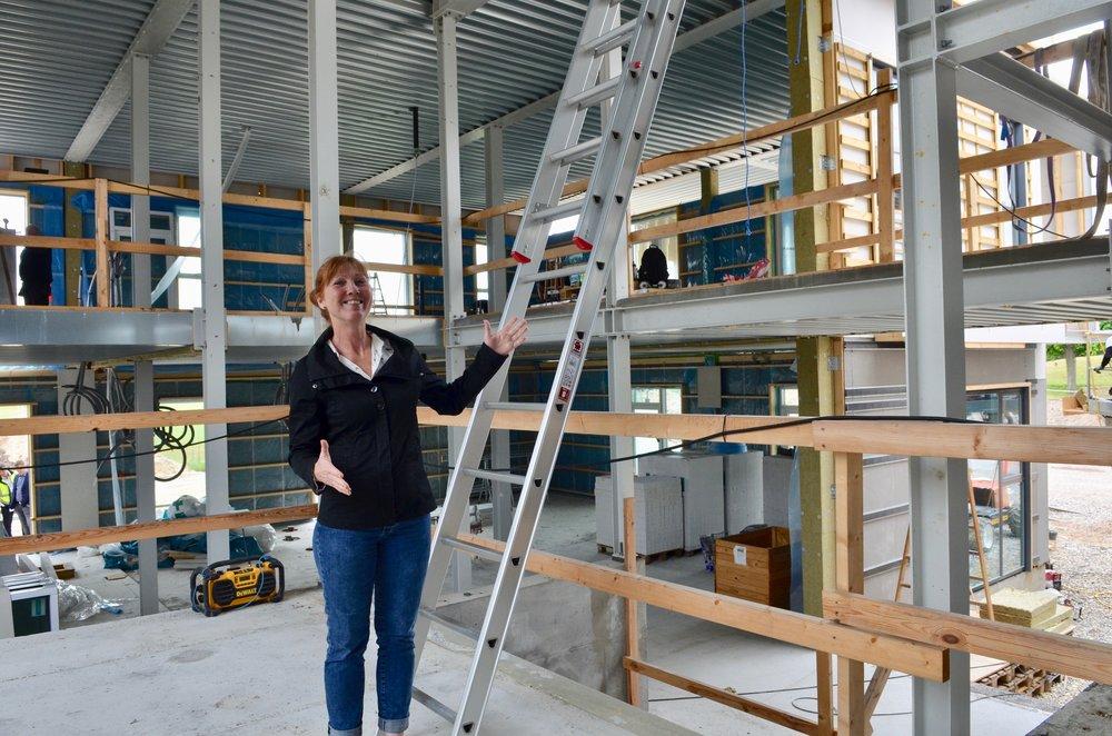 """Lederen af det kommende Blovstrød Børnehus, Lone Sommer Hansen, var ved rejsegildet rundt i de forskellige bygningsafsnit for at sikre, at de visioner man oprindeligt havde med projektet nu også bliver en realitet. """"Og det gør det! Vi glæder os meget!"""" Foto: AOB"""