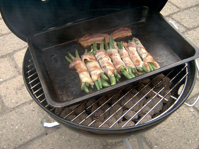 Hvis grillen står på et ikke brandbart-materiale, som fx fliser, er det tilladt at grille i sin have.