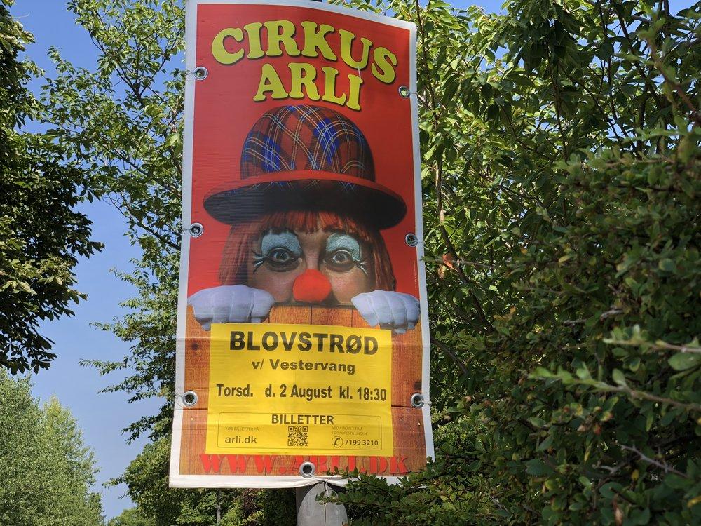 """""""Bare rolig - vi kommer snart"""" står der på nogle af Cirkus Arlis plakater. Foto: AOB"""