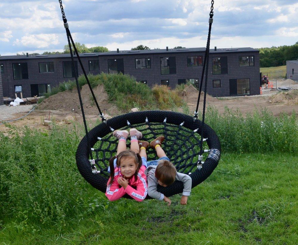 Ved det nyetablerede legeområde var der bl.a. gynger, som flittigt blev benyttet. Foto: AOB
