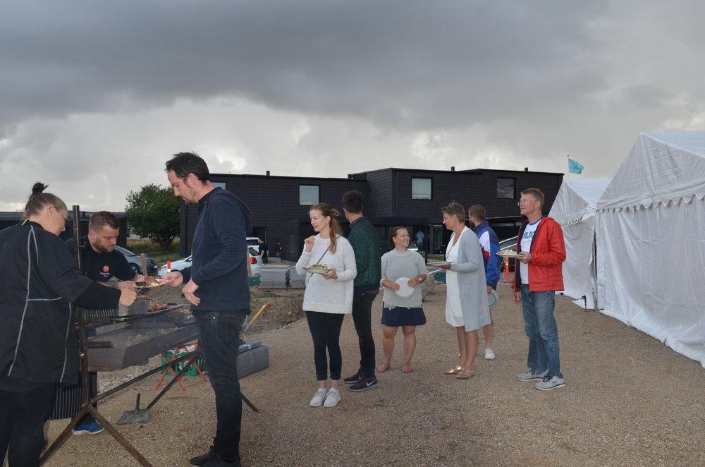 Da der endelig var klar til servering af den stegte pattegris, begyndte det at trække op til regn. Foto:AOB