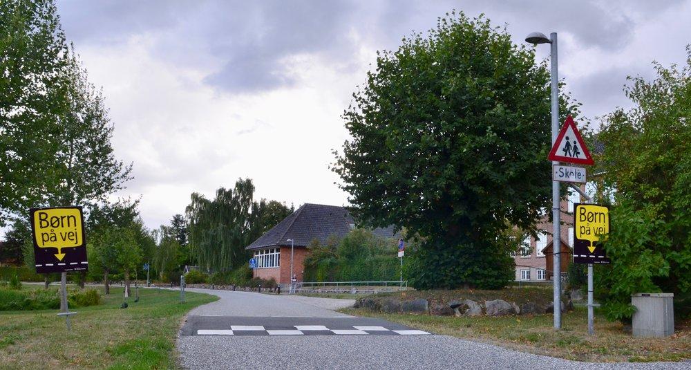 Ved alle skoler i Allerød er der sat sorte skilte op med den gule tekst 'Børn på vej'. Her vist på Kærvej ved Blovstrød Skole. Foto: AOB