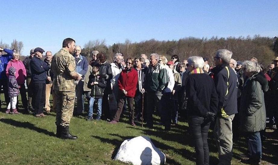 Alle interesserede borgere kan komme med på vandringen på øvelsesterrænet. Pressefoto fra et tidligere arrangement