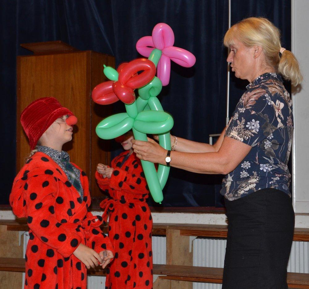 Skoleleder Anna Recinella fik i dagens anledning overrakt en buket ballonblomster. Foto: AOB