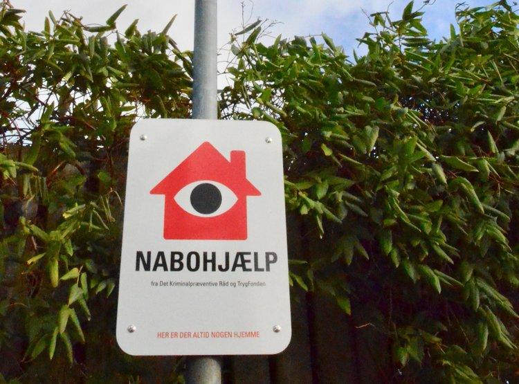 Med skiltene kan I på vejen vise, at I er nabohjælpere. Men husk, at skiltet ikke kan stå alene. Der skal handling bag skiltet, for at nabohjælpen virker. Foto: AOB