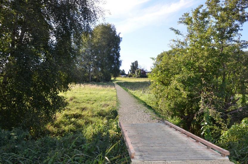 Det kommende projekt: Naturstien løber fra Drabæksvej ned langs køernes indhegning (th) til en lille træbro, der fører over Drabækken. Manipuleret foto: AOB