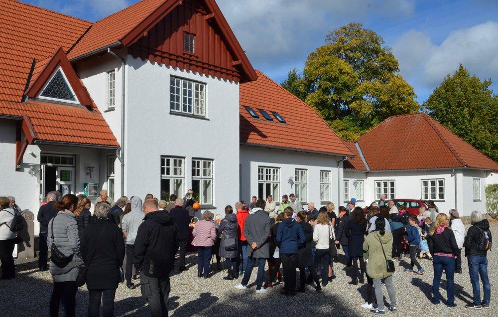 Der blev afholdt auktion over høstgaverne på sognegårdspladsen. Foto: AOB