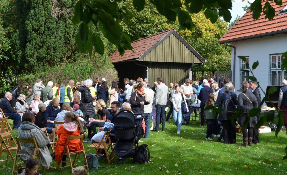 Det var et skønt høstfestvejr med stor tilslutning i præstegårdshaven. Foto: AOB