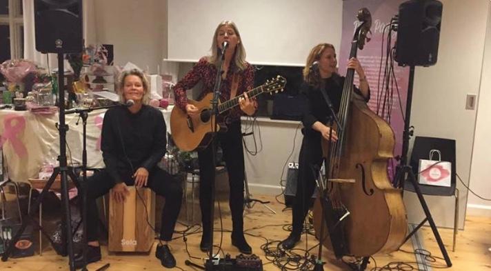 Bandet Cosmorose - bl.a. kendt fra DR1-show - kom og spillede for de mange lyserøde piger. Privatfoto.