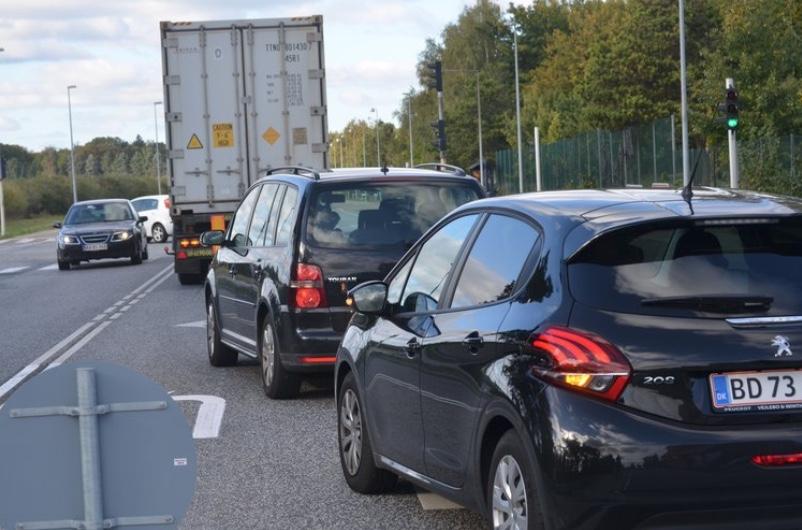Ved den korte venstresvingsbane mod Sortemosevej spærrer alle de bilister, som skal til venstre, for de ligeud-kørende, hvilket skaber de lange køer. Foto: AOB