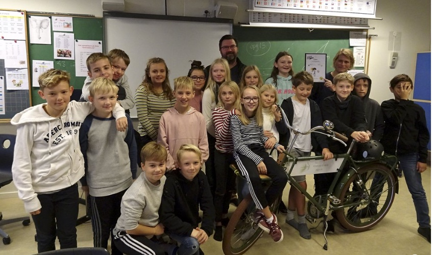 Blovstrød skoles 5.A blev overrasket og præmieret den 23. oktober af Nikolaj Bührmann, som er formand for Allerød Børne- og Skoleudvalg. Foto: Tommy Dal.