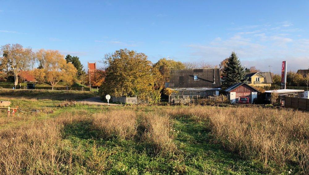 Et kig fra Kirkestien, som skal løbe ud til Kongevejen, hvor ejendomme nr. 7 ligger, og som på sigt nedlægges. Foto: AOB