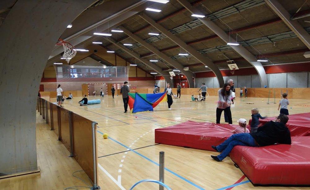 """Formanden Poul Møller Hansen: """"Vi havde 2 dejlige timer i Blovstrødhallen, med masser af aktivitet, bevægeglæde og glade børn. Foto: Poul Møller Hansen"""