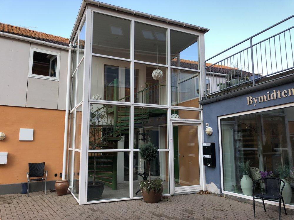'Pakke-posthuset' på Stationspassagen 6F slår dørene op den 15. november. Man skal ind i 'gården' og ind ved trappetårnet i stuen. Foto: AOB