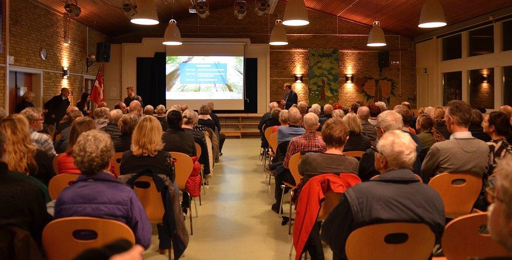 Alle pladser var besat, da borgmester Karsten Längerich bød velkommen til kommunens præsentation af bydelsmødet for Blovstrød. Foto: AOB