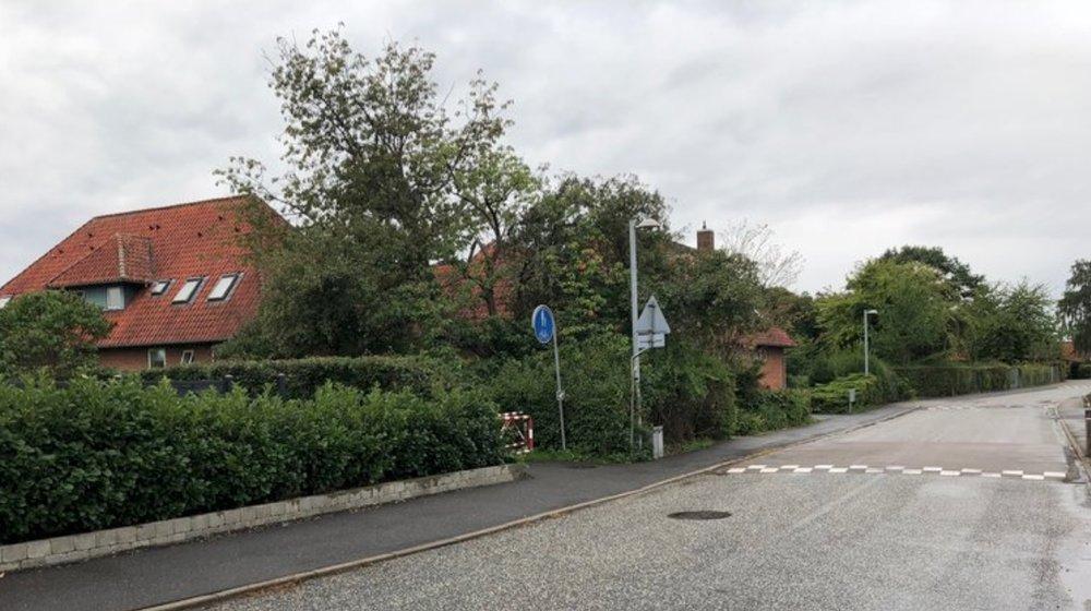 Bygningen længst til venstre, Byagervej 8B, indeholder 6 boliger, som skal nedlægges - ligesom ejendommen efterfølgende skal nedrives. Foto: AOB