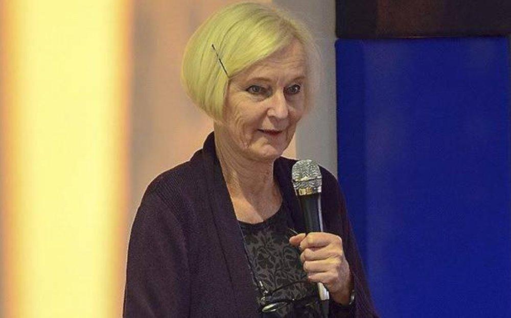 Arkitekt Kerstin Kärnekull - har gennem et livslangt studie etableret sig som ekspert i boformer for ældre, og hun har viden der stammer fra besøg i hele verden. Hun er medlem af forskergruppen Bo i Gemenskab (BIG) og bor selv i seniorbofællesskab.