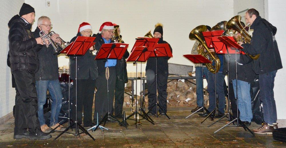 FDF-orkestret - som havde søgt ly i carporten - spillede alle de traditionelle julesange. Foto: AOB